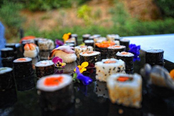Da un toque oriental a tu boda con un bufet japonés