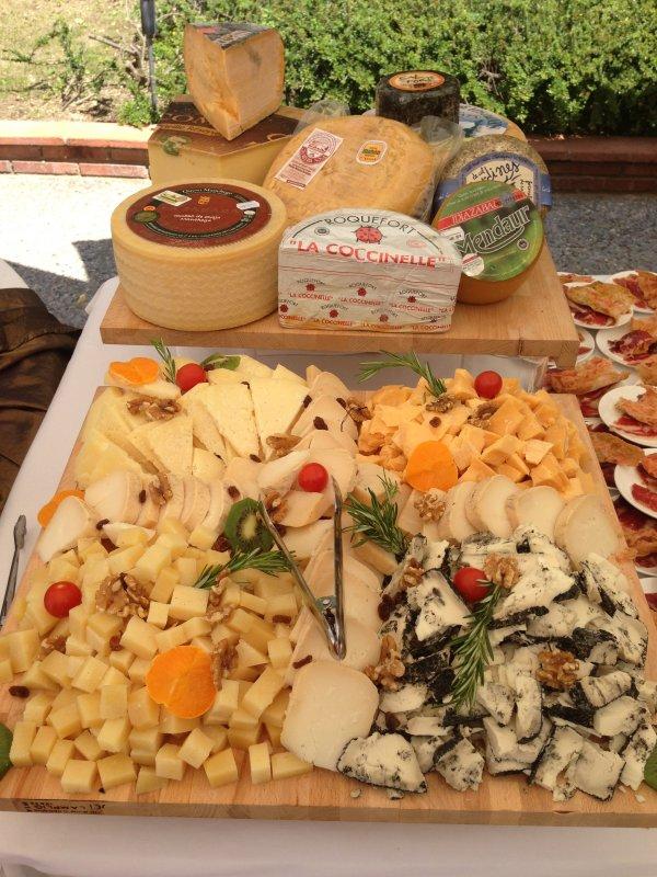 Sirve un buffet de quesos en el aperitivo de tu boda!