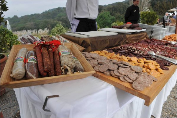 ¡Dale un toque tradicional a tu boda con un Buffet de embutidos caseros!