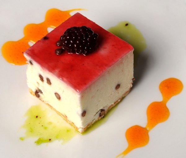 Mousse de yogurt, caviar de chcolate y confitura de moras negras.jpg