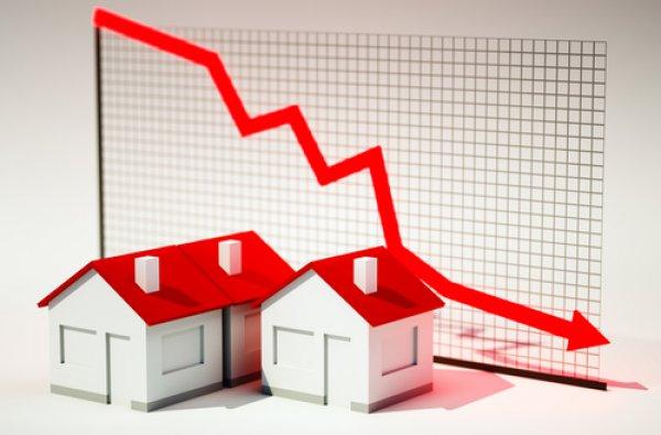 La compraventa de viviendas modera su caída al 34,3% en junio pero suma cuatro meses a la baja